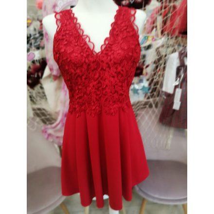 Elegáns tüllös-hímzett piros loknis ruha